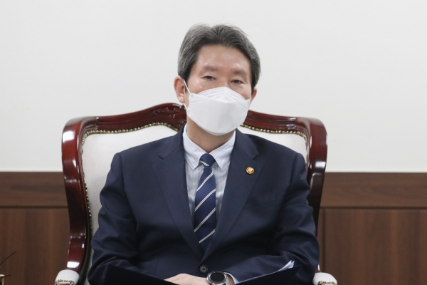 Unification minister promises support for N. Korea aid groups