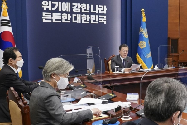 Moon to receive policy briefing on vaccine, antivirus efforts