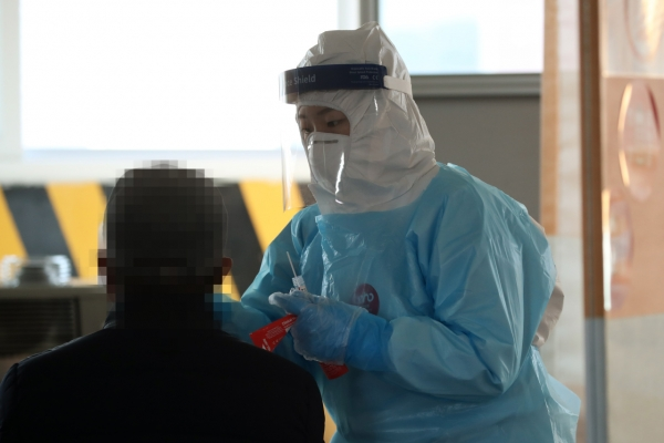 New virus cases over 400 again on cluster infections