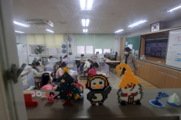 [News Focus] Challenges remain for S. Korea's 2nd school year under pandemic