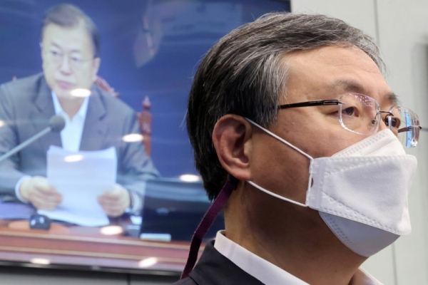 Moon's top aide returns to work after offering to resign over personnel spat