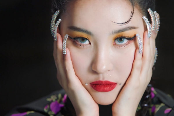 Sunmi returns with a bold swing of 'Tail'
