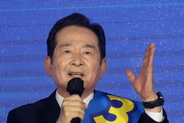 Former Prime Minister Chung Sye-kyun decides to drop out of ruling party's primary