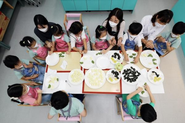 [Photo News] Children make 'songpyeon' for Chuseok