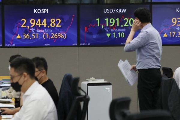 Seoul stocks open higher on bargain hunting