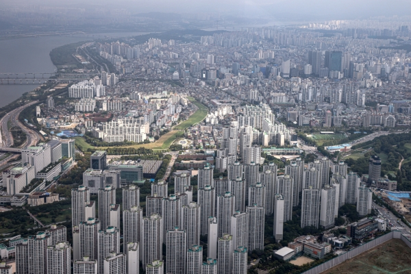 South Koreans withdraw money from retirement pensions to buy homes: data