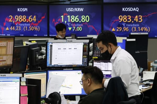 Seoul stocks retreat on institutional selling