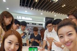 [Newsmaker] LG's G2 phone garners rave reviews overseas