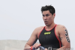 Bruised nose and all, S. Korean swimmer finishes open water race
