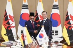 [ASEAN-Korea summit] Moon begins week of ASEAN diplomacy with Brunei, Singapore summits