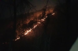 Firefighters struggle to contain mountain fire in Gangwon Province