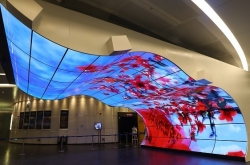 [Tech Read] China looms over Korea (2): Korean display firms are 2 years ahead