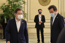 Moon to meet ruling party leaders over coronavirus, budget