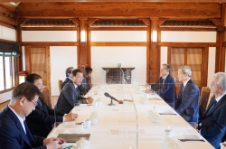 Moon meets veteran diplomats for discussions on US presidential election outcome