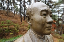 Man apprehended for vandalizing statue of ex-President Chun