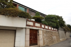 Court keeps Chun Doo-hwan's home off auction block