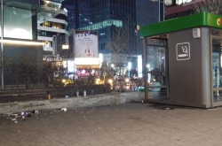 [Seoul Struggles 2] Lack of booths leaves Seoul smokers cornered