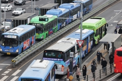 Seoul to reduce public transport, expand testing as COVID-19 cases reach new high