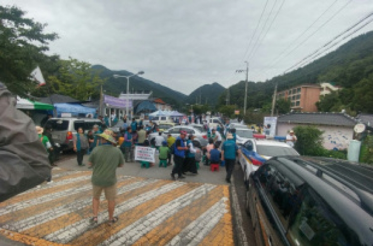 Seongju tense as THAAD equipment on the move