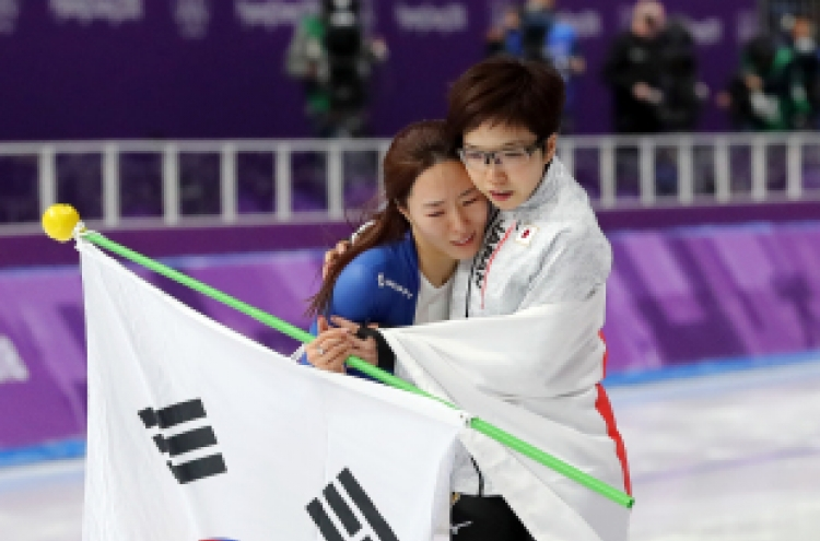 [Newsmaker] Olympic fans touched by Lee Sang-hwa's friendship with her Japanese rival Nao Kodaira