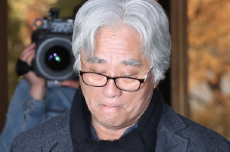 Theater director Lee apologizes amid sex assault allegations