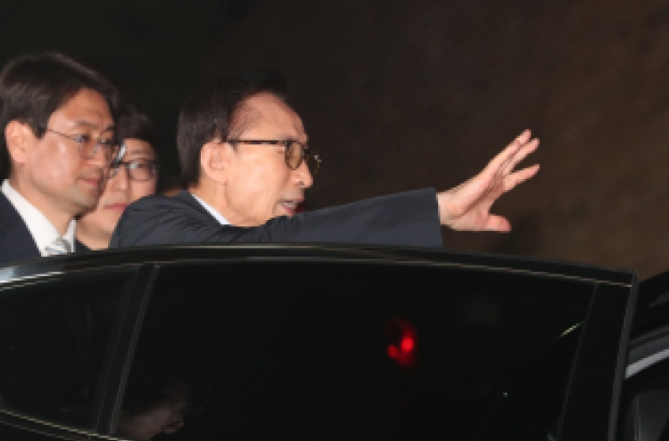 [Breaking] Ex-President Lee arrested on corruption charges