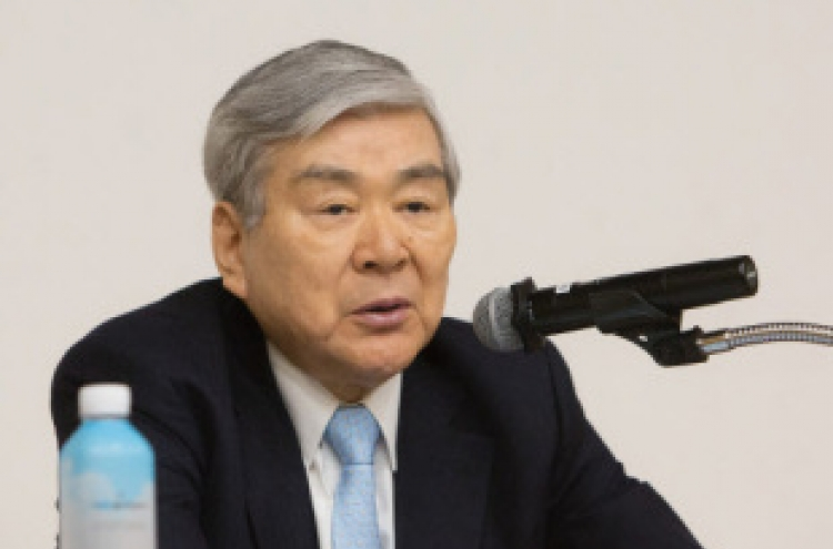 Korean Air chief apologizes, fires daughters over 'water rage'