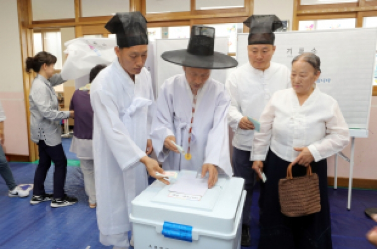 [Photo News] South Koreans at the polls for June 13 local elections