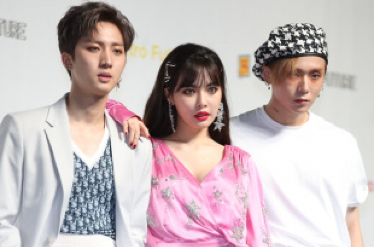 Agency denies snowballing rumors of HyunA dating E'Dawn