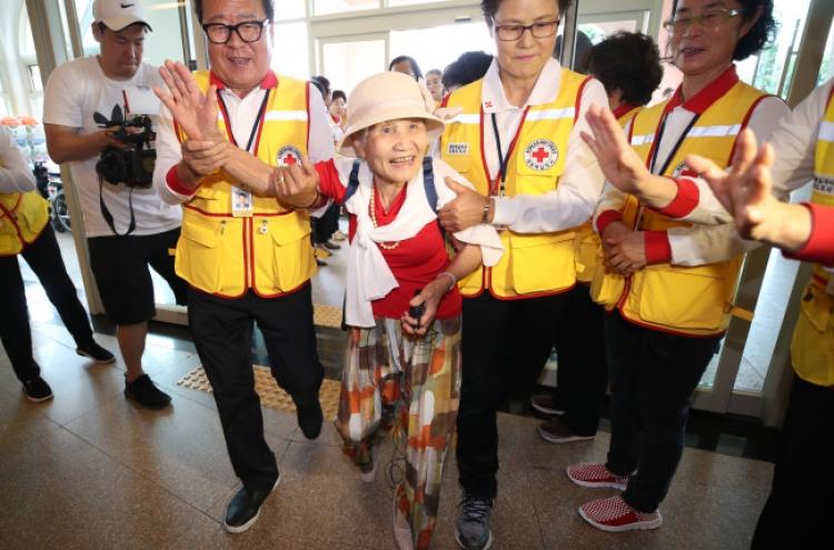 Elderly S. Koreans prepare for family reunions in NK
