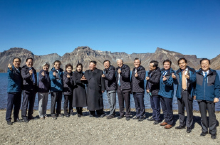 [Photo News] Kim Jong-un and his 'finger heart'