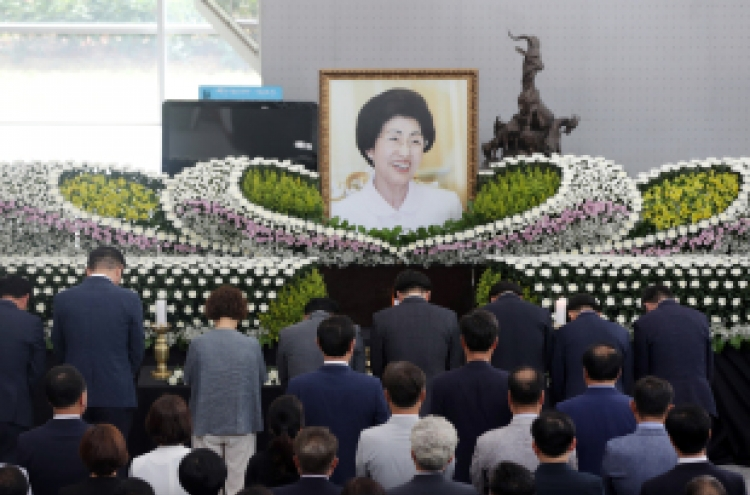 Partisanship pauses for Lee Hee-ho's funeral