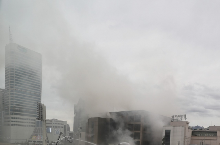 [Newsmaker] Fire at Dongdaemun fashion market injures 2, fumes continue for hours