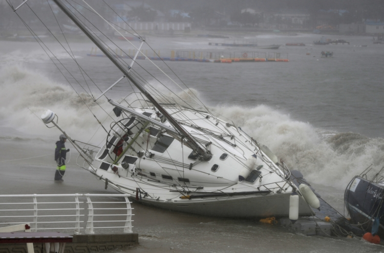 Typhoon Tapah sweeps Korea's southern region, at least one dead