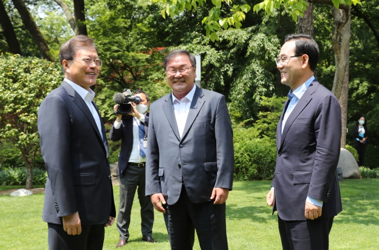 Moon meets with floor leaders of ruling, main opposition parties