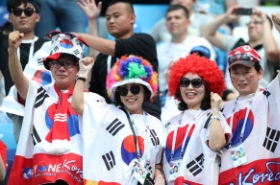 With stadium dominantly yellow, S. Korean supporters show their energy