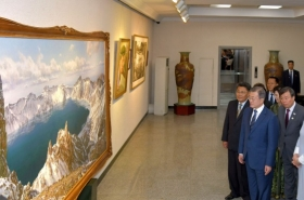 What is the story behind Mansudae Art Studio in Pyongyang?