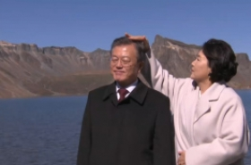 3 endearing moments of South Korean presidential couple on Paektusan