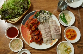 Behind jewelry shops, pairing pork, kimchi and oysters in Jongno