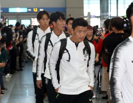 S. Korean men's football team embarks on journey to N. Korea for World Cup qualifier