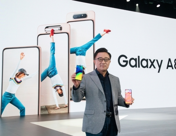 Samsung planning roll-up displays, rotating cameras for new phones: reports