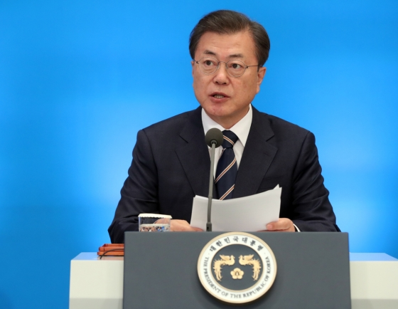 Moon calls on government to focus on reducing economic impact of virus