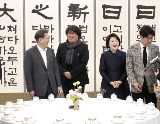 Moon meets Bong Joon-ho, vows govt. efforts against cinema screen monopolies