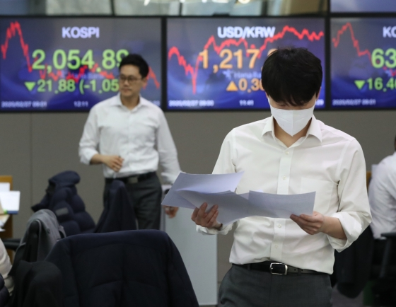 Seoul shares fall, bonds gain over BOK key rate freeze