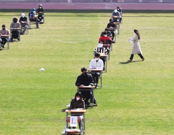 [Photo News] Job applicants sit for outdoor test amid COVID-19 fears