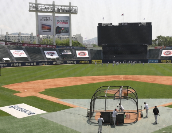 KBO considering QR code registration for fans when stadiums reopen during pandemic