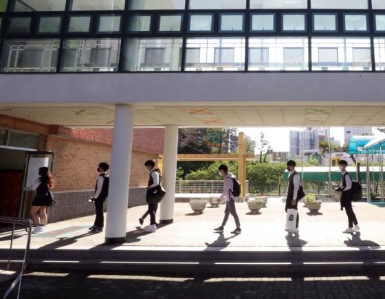 [Photo News] High school seniors first to return to school