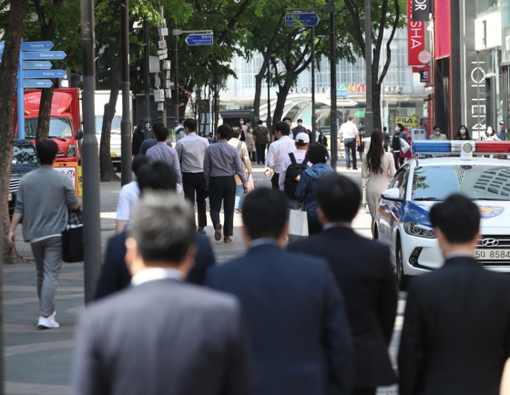 Number of paid employee jobs rises 3.2% in Q4 last year