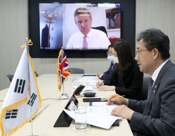 Culture Minister shares Korea's experience in keeping theaters open amid pandemic
