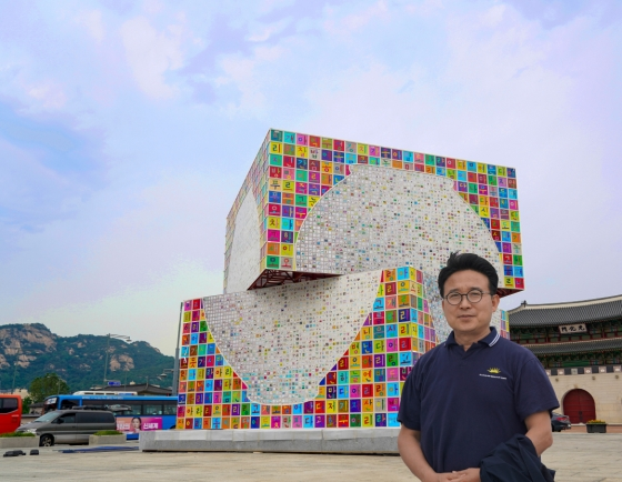 [Eye Interview] Creating universe with small square canvases